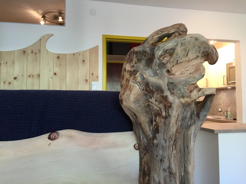 Art @ ROCKnSNOW - Kunstvoll selbstgebautes Zirbenholz Hochbett mit Schwemmholz Säule
